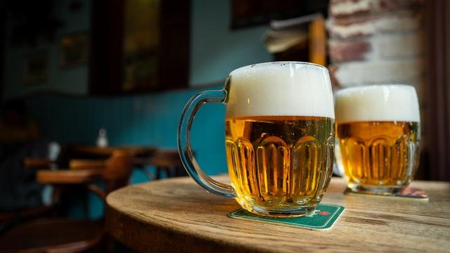 des bières posées sur une table